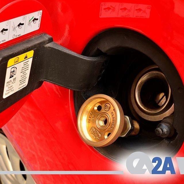 BRC LPG kitlerinin montajı yapılırken LPG dolum ucu, aracın uygun olması durumunda benzin depo dolum kapağının hemen yanına montaj edilebilir. Detaylı bilgi için: www.2a.com.tr #2AMühendislik #BRC #LPG